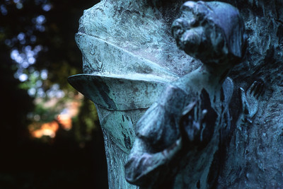 dimanche 15/05/1994.  Détail de la sculpture de Peter Pan.  Cette sculpture se trouve dans un parc derrière l'hôtel Hilton.  Je prends cette photo en revenant à pieds de l'église des Minimes.