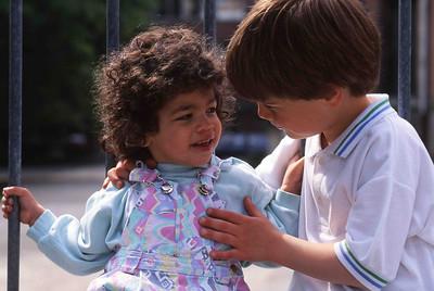 Samedi 14/05/1994.  Merlin fait un petit câlin mignon à Saskinetteke.