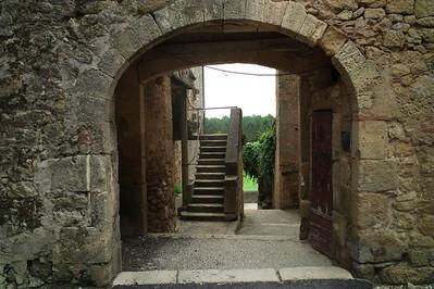 Ruelle donnant sur les remparts de Saint-Macaire.