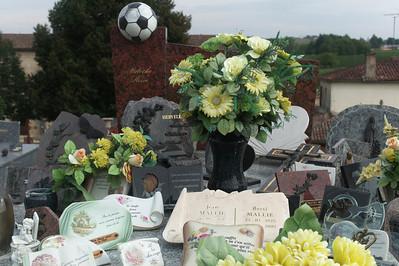 Le cimetière de Verdelais.  Cet homme a été fort aimé apparemment.