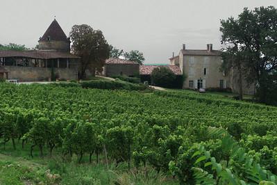 Grande ferme à la sortie de Sainte Croix du Mont.  A gauche se trouve probablement un moulin.