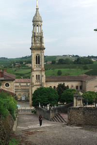 L'église de verdelais.  Le cimetière se trouve à droite.  Catou monte les escalier qui mène vers un calvaire.