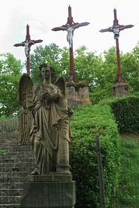 En haut du calvaire ces trois croix.  Remarquez que le corps du mauvais lardon a été amputé du bas.