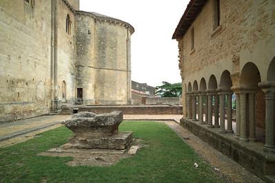 La place à droite de l'église prieurale Saint-Sauveur à Saint-Macaire.