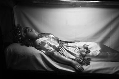 Dans l'église de Verdelais se trouve cette châsse d'une petite sainte qui a été égorgée par son papa parce qu'elle ne voulait pas...  faire je ne sais plus quoi.  Elle faisait partie de la noblesse romaine et son corps a été amenée plus tard dans ce village.