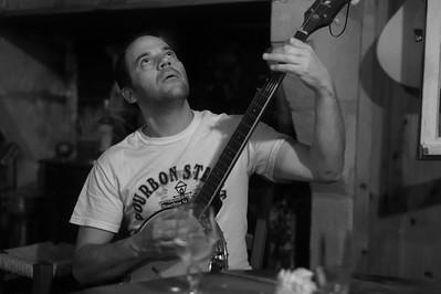 Le banjo a gagné.  Laurent a des visions.  Le ton monte.  Il essaie de le saisir du regard.