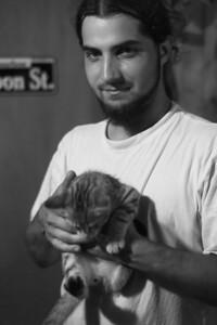 Revenu chez Véro et Laurent Arthur se laisse photographier avec le chat.