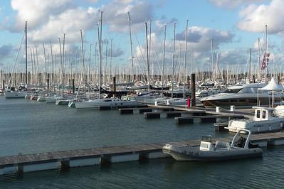 Dimanche 04/09/2011.  Après trois heures de route nous arrivons à La Rochelle.  Dès notre arrivée Pieric nous invite à l'accompagner pour amener un voilier d'un port à un autre port de La Rochelle.  Nous acceptons avec joie et curiosité.  Le ciel au-dessus de La Rochelle est splendide.