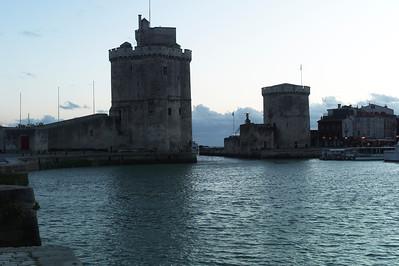Vue sur les deux tours de La Rochelle.