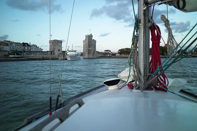 On arrive vers le vieux port de La Rochelle.  On doit passer entre les deux tours.