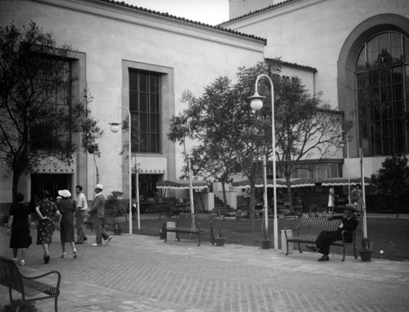 . Union Station courtyard in 1939.   (Los Angeles Public Library)