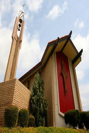 Маленькая церквушка на окраине города.