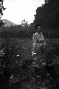 Mama in de bloemen.