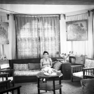 Mama in het huis van Ruhengeri.  De twee schilderijen zijn stillevens van ons grootvader, Alidor Lamote.  1947