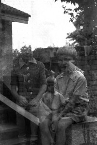Papa had een roleicord.  Deze camera deed het niet altijd goed, vandaar de superposities: twee beelden op één negatief.  Bernard.