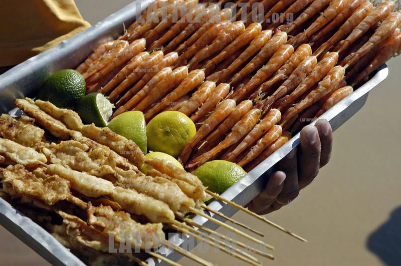 Brasil : Local de mariscos en la playa del surfista de GERIBA ,  BUZIOS . comida. / BRAZIL: LOCAL SEAFOOD AT THE SURFER'S BEACH OF GERIBA, BUZIOS. / Brasilien: Snacks und Essen in Buzios. © Julio Etchart/LATINPHOTO.org