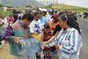 Mexico  : Comuneros de la comunidad de Tlanisco mantienen bloqueada la autopista Toluca-Ixtapan de la Sal a la altura del Km . 7 en demanda de abasto de agua potable. / Mexico : Peasants' manifestation in demand of potable and drinkable water. / Mexiko : Landarbeiter besetzten bei Tlanisco eine Strasse. Helfer verteilen Wasser. Trinkwasser. © Mario Vazquez/MVT/LATINPHOTO.org