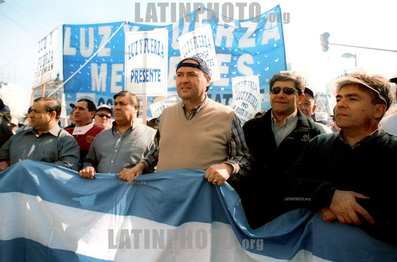 Argentina : manifestantes contra la crisis en Argentina / demonstrators at Buenos Aires's Plaza de Mayo ,  Wednesday, Aug . 29, 2001, in Argentina. Tens of thousands of workers marched through the capital Wednesday, venting their anger in one of the biggest protests in months against spending cuts aimed at ending a deep economic crisis. / Argentinien: Kundgebung gegen die Wirtschaftsregierung Argentiniens © Pablo Rey/LATINPHOTO.org (FILM)