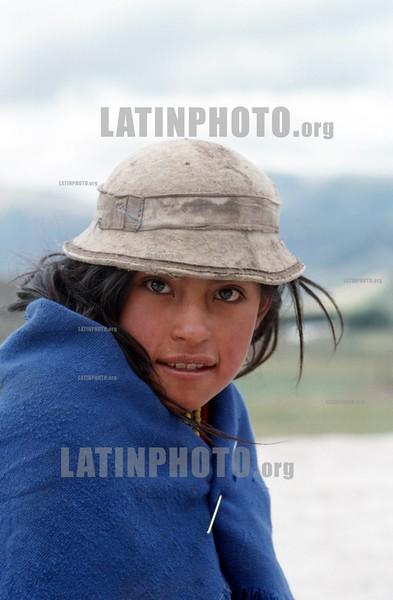 ECUADOR : indigena nina quechua . / NATIVE QUECHUA GIRL IN A VILLAGE IN THE ANDES. / Ekuador: Portrait eines Indigenes Mädchen. Filzhut. Poncho. © Julio Etchart/LATINPHOTO.org