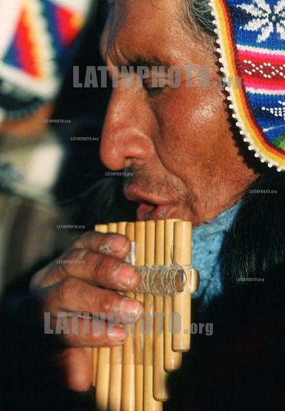 Bolivia :  Campesino del altiplano tocando zampona durante el solsticio de Invierno en las ruinas antiguas de Tiwanaku cerca de La Paz en Bolivia . / Bolivia: A farmer in the altiplane playing a typical instrument called zampona during the winter solstice in the ancient ruins of Tiwanaku ,  in the nearbies of La Paz, Bolivia. / Bolivien: Indigene Bevölkerung. Mann mit panflöte. Musiker. Indio. <br /> © Patricio Crooker/LATINPHOTO.org