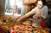 5. Buechiberger Weihnachtsmarkt findet wie jedes Jahr auf dem Hof der Familie Isch in Aetigkofen statt. Hier werden Weihnachtsgüezi abgepackt. Kekse. Gebäck. Kulinarisches. Frau. Süsses. Winter. Bauernhof.<br /> © Andrea Hunziker/IMAGOpress.com