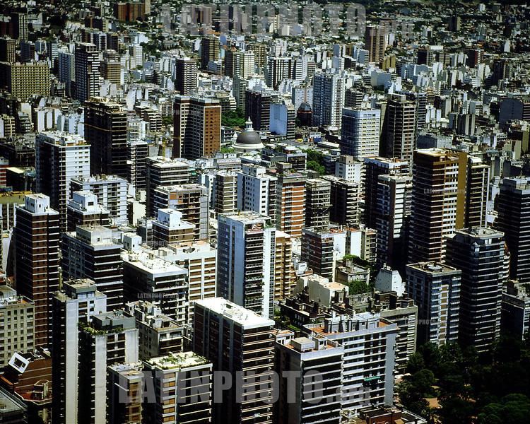 Argentinien : Buenos Aires: Flugaufnahme > Zentrum / airphoto > survey > apartment house > skyscraper / photo de vuelo > vista general > edificio de apartamentos > rascacielos