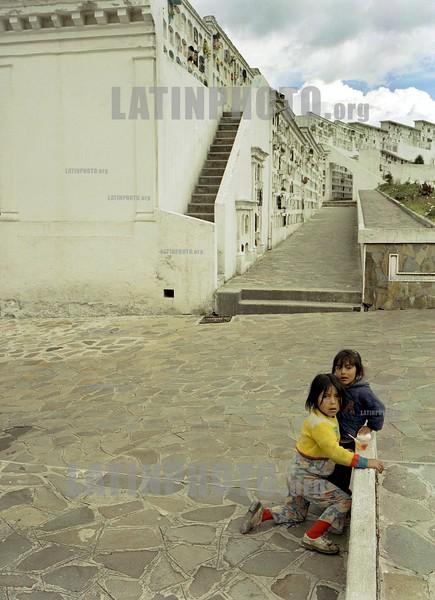 Ecuador-Quito : ninos en un Cementerio . / children in a cemetery. / Kinder spielen bei einem Friedhof in Quito. /<br /> © Andriana Meyer/LATINPHOTO.org