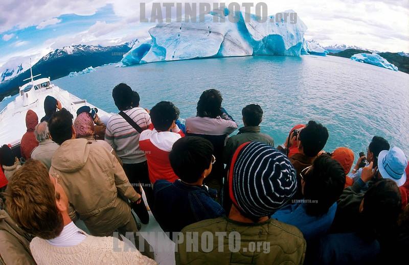 Argentina : pasajeros en un barco visitan  hielos flotantes en el lago Argentino / drift ice / Argentinien: Touristen auf einem Schiff beobachten Treibeis <br /> © German Falke/LATINPHOTO.org  (FILM )
