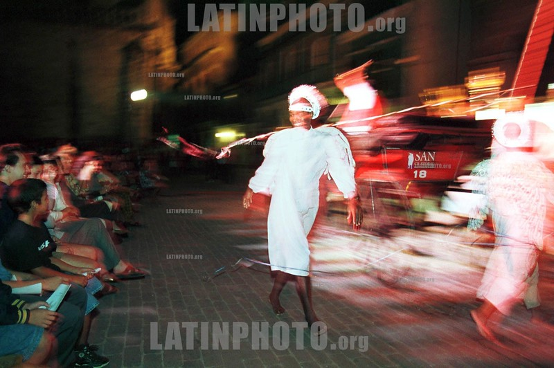 Cuba : Un cubano disfrazado de angel entretiene a turistas . / Disguised of angel ,  a Cuban makes a show for tourists./ Kuba: Touristien bei einer Vorführung, folkloristische Showeinlage in den Strassen Havannas © Ad Roque,Jr/LATINPHOTO.org
