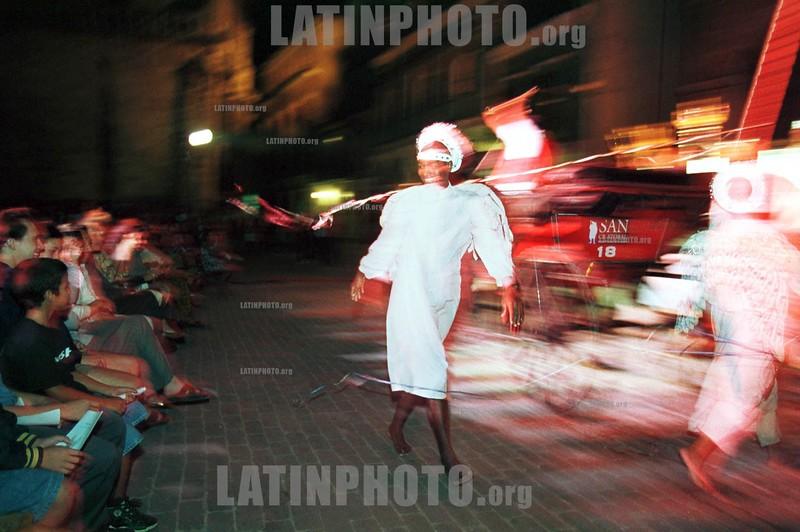 Cuba : Un cubano disfrazado de angel entretiene a turistas . / Disguised of angel ,  a Cuban makes a show for tourists./ Kuba: Touristien bei einer Vorführung, folkloristische Showeinlage in den Strassen Havannas © Ad Roque,Jr/LATINPHOTO.org
