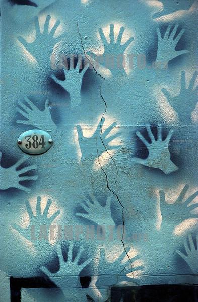 Argentina : manos en un muro en la calle defensa . / Argentina: hands. paint. graffitti. grafitti. graffiti. / Argentinien: Hauswand mit gemalten Händen an der Hausnummer 384 in der Strasse Defensa. Hand.<br /> © Patrick Lüthy/LATINPHOTO.org