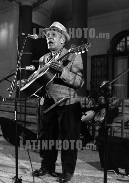 "Cuba : Compay Segundo . / THE LATE ""COMPAY SEGUNDO"" PLAYING IN HAVANA IN 1998. / Kuba: Der Musiker Compay Segundo. (B/W) © Julio Etchart/LATINPHOTO.org"