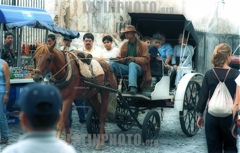 Guatemala : Ciudad colonial de Antigua . coche. caballo. / Guatemala. Antigua coach. horse. / Guatemala: Kolonial Stadt Antigua. Pferdekutsche transportiert Passanten. Tourismus. /<br /> <br /> German Falke/LATINPHOTO.org
