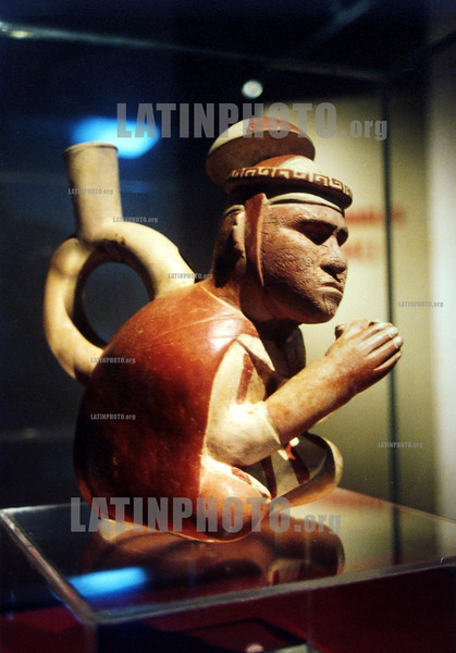 Peru : Ceramica Moche en Trujillo ,  rezar / pray, ceramic figure / Historische Figur aus Keramik in einem Museum in Trujillo . Beten <br /> © Roberto Zambrano/LATINPHOTO.org (FILM)