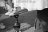 Argentina : Estatua viviente, el 5  de octubre de 2002, en Buenos Aires  / Argentina: Living statue in Buenos Aires / Argentina: Lebende Statue.  Jugendliche verdienen sich als lebende Statuen Geld. (B/W) © Gabriel Lopez Pulega/LATINPHOTO.org