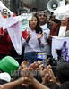 Peru : Zarai Toledo (C), de 14 anos, quien dice ser la hija del Presidente Peruano Alejandro Toledo, lava panales en el centro de Lima, Julio 26, 2002, en protesta  para que su supuesto padre la reconozca / Peru: Zarai Toledo (C), a 14-year-old girl, who she says she is the daughter of Peruvian President Alejandro Toledo, washes diapers in public in Lima, July 26, 2002, to draw attention to what she says is the president's refusal to recognize her.     The president denies to be the father of Zarai and he also alleges that the high-profile case is being used politically / Peru:  Zarai Toledo, 14 Jahre alt, angeblich die unheliche Tochter des Präsidenten Toledo. <br /> © Eitan Abramovich/LATINPHOTO.org