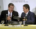 Argentina - Buenos Aires (07-06-2002) : Encuentro entre el Presidente Argentino Eduardo Duhalde y el Presidente Mexicano Vicente Fox .  Microfonos. Conferencia. Dolar. FMI. Crisis / Argentin ...