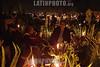 Mexico (02/11/2002) : La tradicion indigena de velar a los difuntos en su sepulcro continua a travez de los anos .  En el panteon de San Pedro Totoltepec familias completas pasan la noche entre flores, velas y fogatas encendidas en Toluca. / Mexico (02/11/2002): The indigenous tradition of veiling the deads in their sepulcher goes on through out the years. In San Pedro Totoltepec, entire families spend the night among flowers, candles and bonfires light. / Mexiko - Toluca (02.11.2002) : Wie jedes jahr an Allerheiligen besuchen Familien die Gräber ihrer Verwanden auf dem Friedhof San Pedro Totoltepec in Toluca. In der Nacht werden Kerzen angezündet und den Toten gedacht. Diese Tradition wird vor allem von der indigenen Bevölkerung zelebriert. (DIGITAL)© Mario Vazquez/ MVT/LATINPHOTO.org