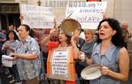 Argentina - Buenos Aires (30.1.2002) :  Ahorristas protestaron frente al Banco Central en contra del corralito.