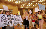 Argentina - Buenos Aires (01.02.2002) :  Cacerolazo en la city portena: Escenas de tencion fueron vividas hoy por la tarde frente a las casas matrices de los principales bancos de la city po ...