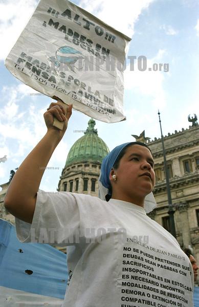 Argentina :  Manifestante en reclamo de vivienda cerca del Congreso Nacional. / Argentina: protest near the national congress. / Argentina: Eine Frau demonstriert neben dem Kongressgebäude.<br /> ©  Soledad Aznarez/LATINPHOTO.org