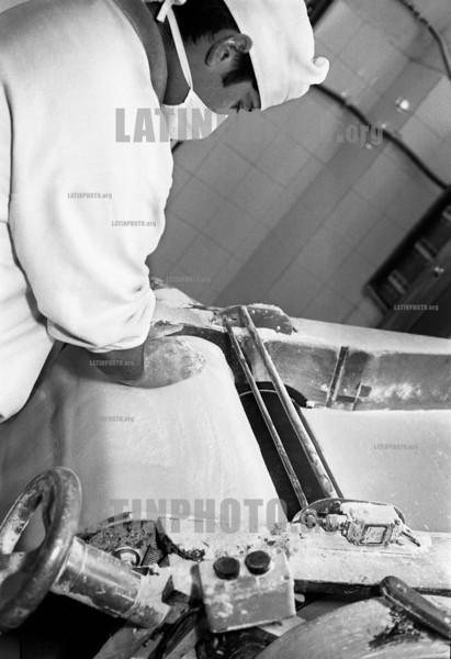Argentina :  En la ex Panificacion 5 elaboran tapas para empanadas y tartas, prepizzas, pan y pan rallado. Este es el proceso de sobado de la masa para tartas. / Cooperative El Aguante. / Argentinien: Selbstverwalteter Betrieb El Aguante. (B/W) ©  Andres Lofiego/LATINPHOTO.org