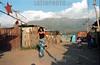 Chile - Santiago :  Zona pobre de Santiago de Chile. joven. / Chile: slum. poverty. young person. girl. / Chile: Armut in einem Slum am Stadtrand von Santiago. junge Frau spaziert durch ein Armenviertel.  ©  Emiliano Thibaut/LATINPHOTO.org