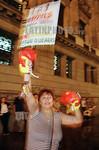 Argentina - Buenos Aires (30.1.2002) :  Deudores y acredores hipotecarios en forma separada realizaron protestas frente al Congreso. una mujer protesta con guantes de boxeo. / Argentina: a w ...