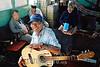 Paraguay :  Don Saba, guitarra y gente. / Paraguay: guitarist Don Saba. / Paraguay: Der Gitarrenspieler Don Saba. ©  Fernando Allen/LATINPHOTO.org