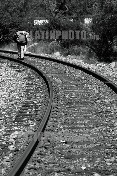 Mexico :  Migrantes centroamericanos conviven entre las vias del tren que pasa por el Estado de Zacatecas y que va camino a los EEUU. / Central American Migrants live between the railroad tracks passing through the State of Zacatecas and is headed to USA. / Mexiko: Auswanderer auf der Reise in die Vereinigten Staaten von Amerika.  (B/W) ©  Amadeo Velazquez/LATINPHOTO.org