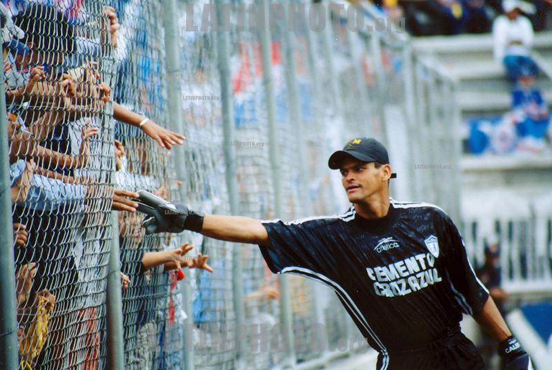 Colombia  :  el colombiano Miguel Calero, portero de Pachuca, saluda a los afcionados que asisten al estadio. / Colombia : Miguel Calero. / Kolumbien : Miguel Calero.<br /> ©  David Martinez Pelecastre/LATINPHOTO.org