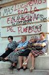 Argentina - Buenos Aires :  jubiladas. pensionistas.  Argentina: pensioners.  Argentinien: Rentner sitzen neben dem Kongressgeb�ude vor Schmierereien.  �  Patrick L�thy/LATINPHOTO.org