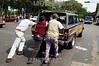 Venezuela - Caracas (20.12.2002) Unos ciudadanos sin gasolina empujan su vehiculo para llegar a sus destino.<br /> / Venezuela :  gasoline crisis. / Venezuela: Krise. Kein Benzin. <br /> ©  Pedro Rey/LATINPHOTO.org  <br /> ()