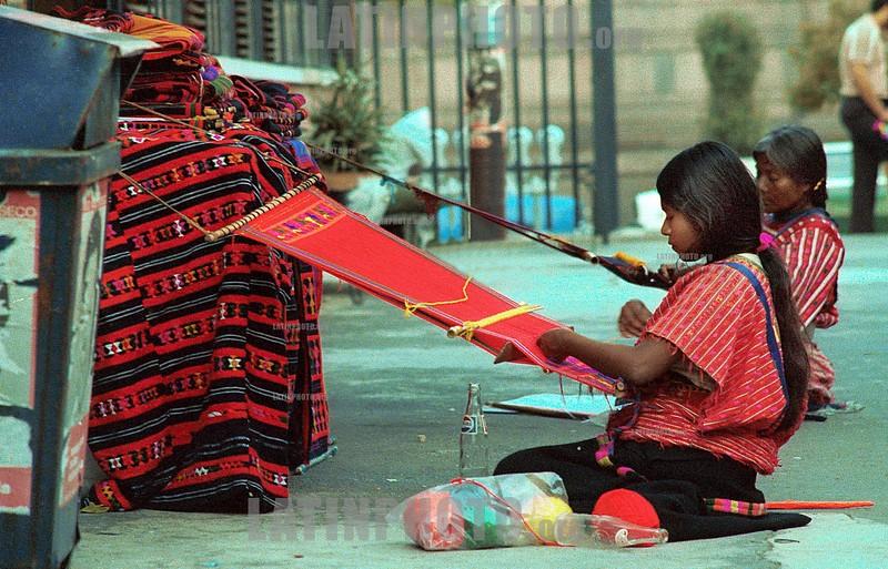 Mexico - DF :  artesanas tejiendo en telar . /  Mexico: indigenous. weave. indigena weaves a carpet. / Argentinien: <br /> ©  Susana Mule/LATINPHOTO.org<br /> ()